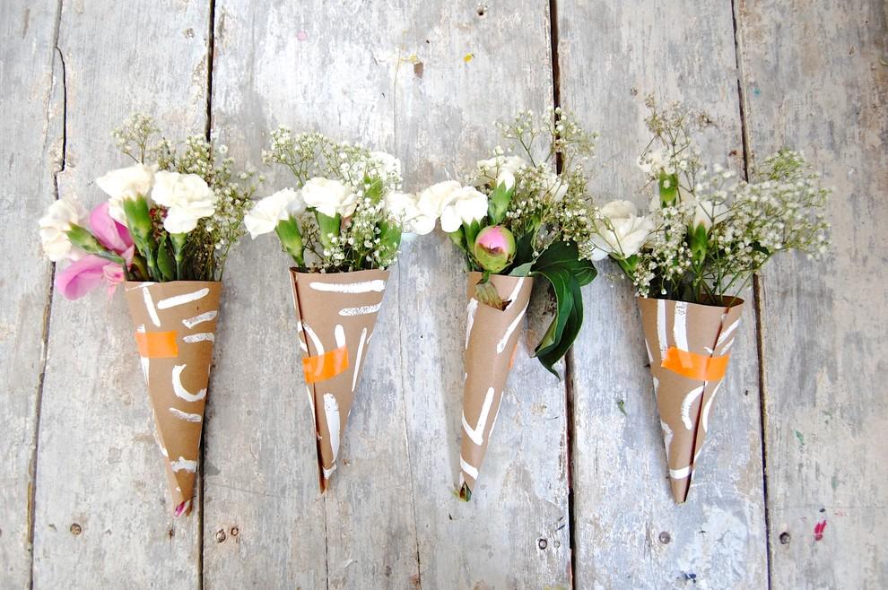 Оригинальные цветочные композиции в бумажных конусах своими руками