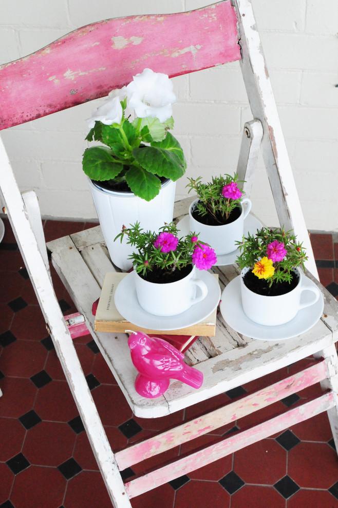 Живые цветы в белых чайных чашках своими руками