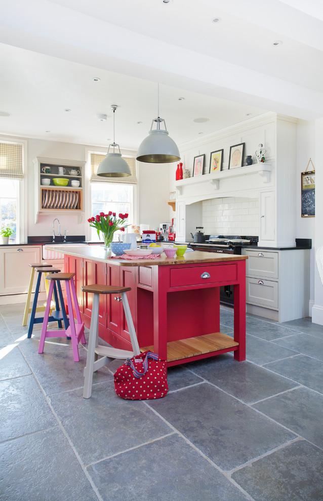 Яркий дизайн кухонного острова в розовом цвете
