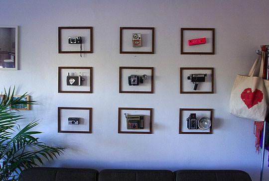 Фотокамеры на стене