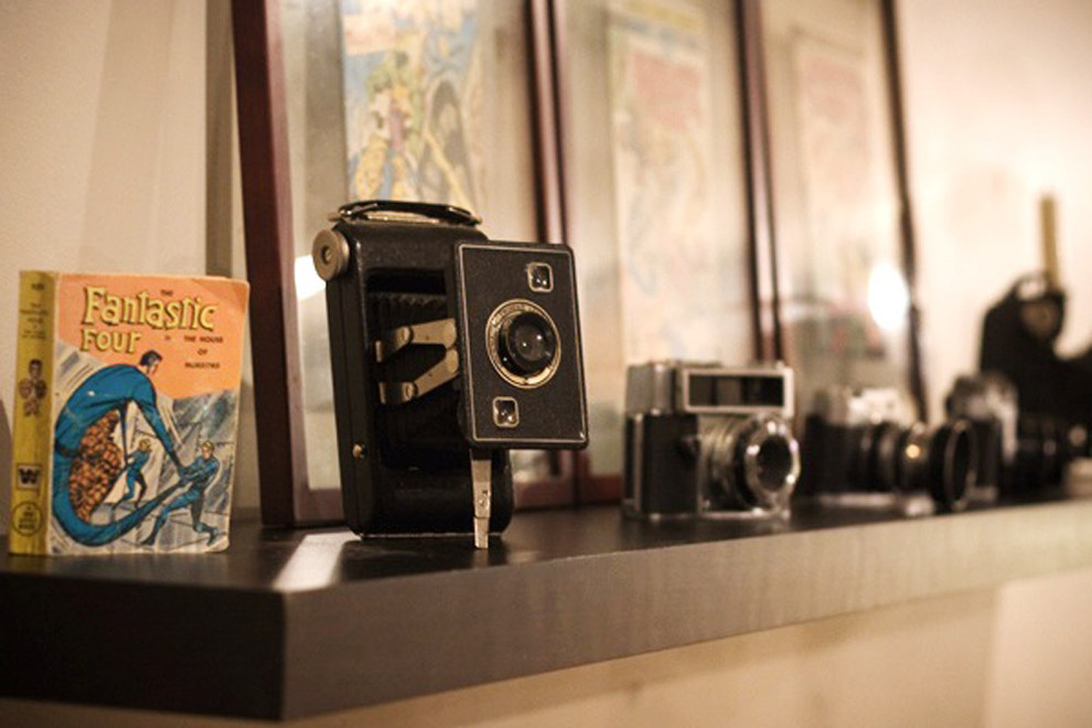 Фотокамеры на полке в интерьере