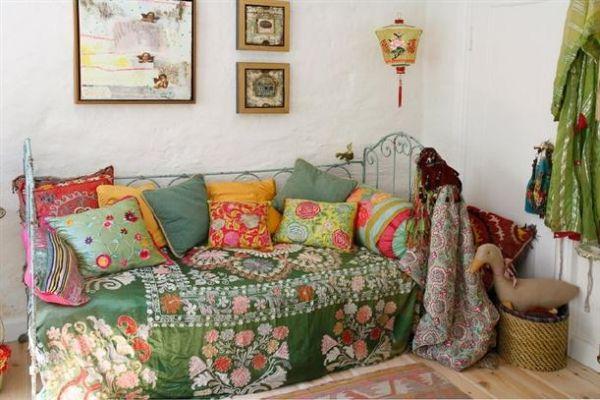 Старинное покрывало на диване в интерьере