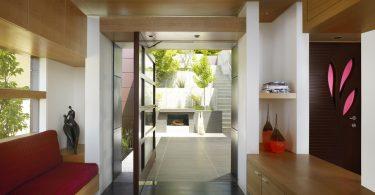 Входные двери поворотного типа со стеклом