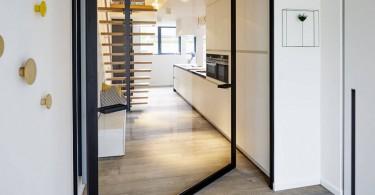 Вращающаяся дверь в интерьере дома