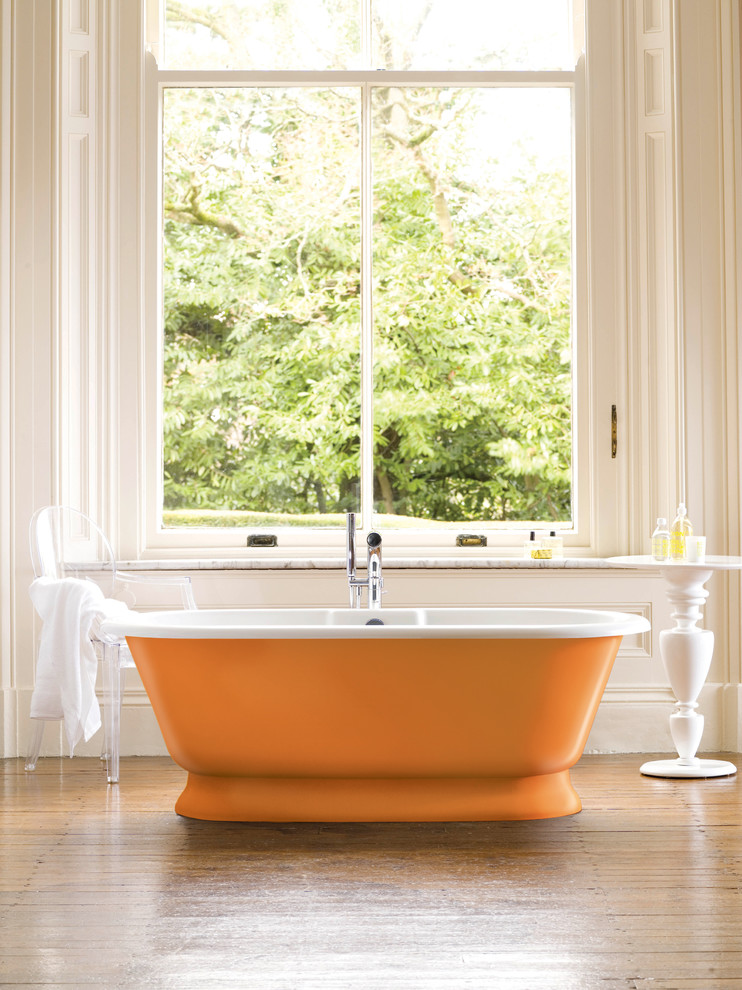 Оранжевая ванна у окна