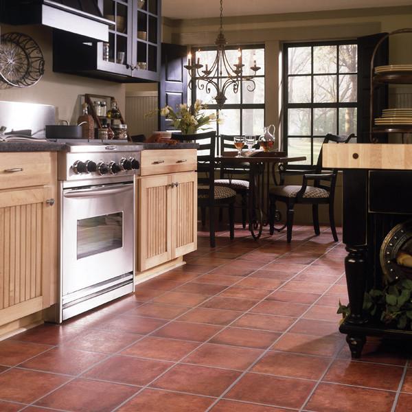 Оранжевый пол на кухне