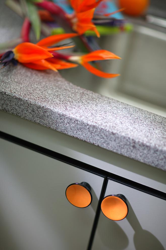 Шкафчик с оранжевыми ручками