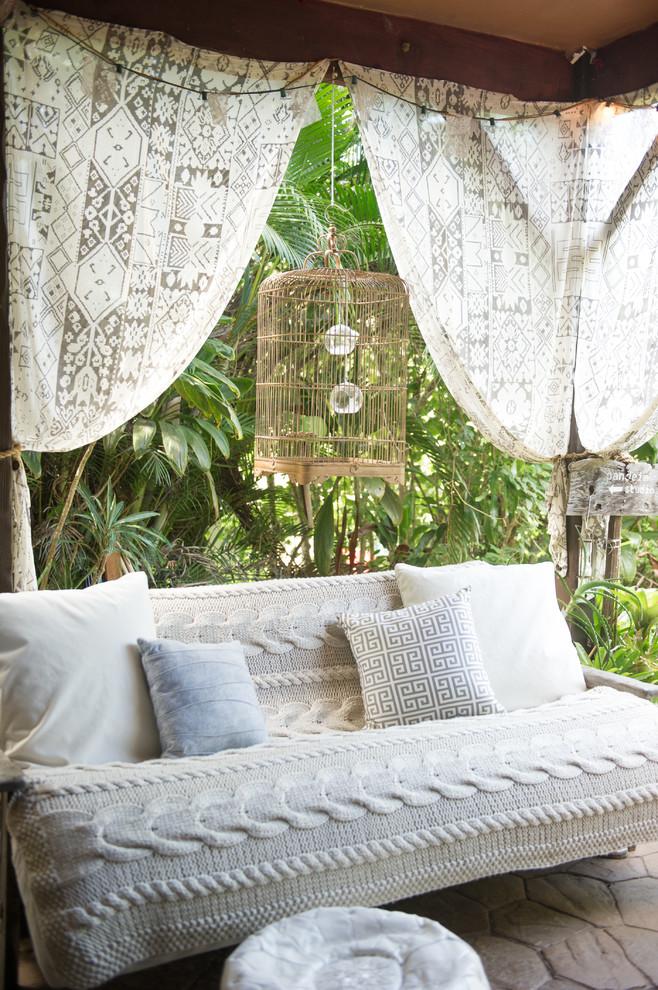 Вязаный текстиль для дома - покрывало на диван на террасе