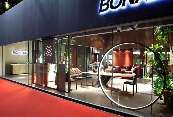Современная выставка дизайнерской мебели