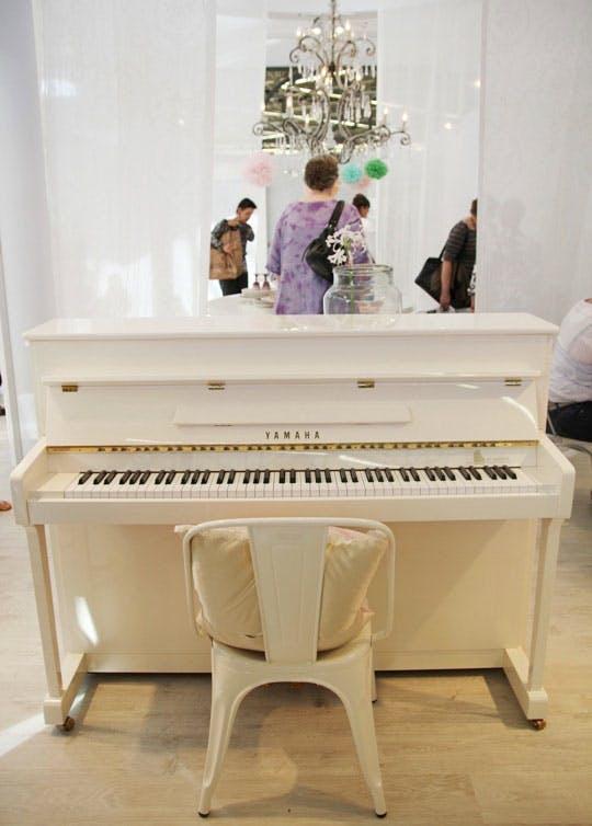 Фортепиано на выставке мебели для интерьера