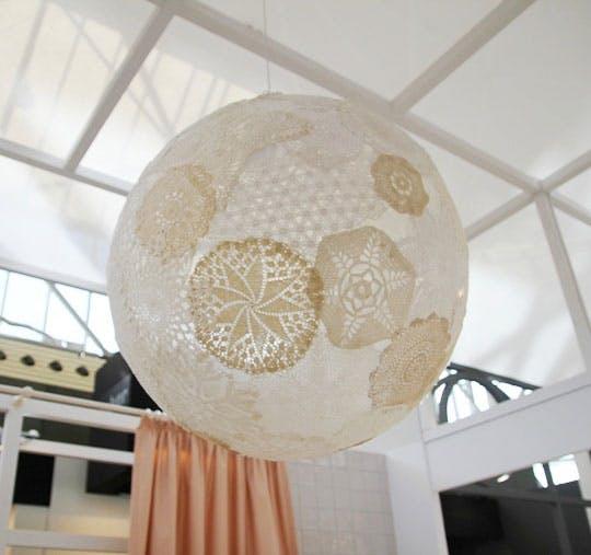 Светильник на выставке мебели для интерьера
