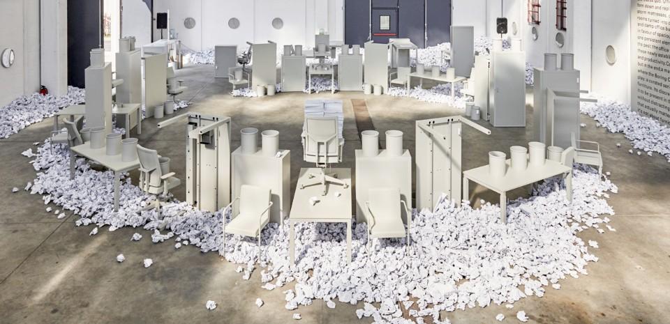 Выставка офисной мебели в белом павильоне