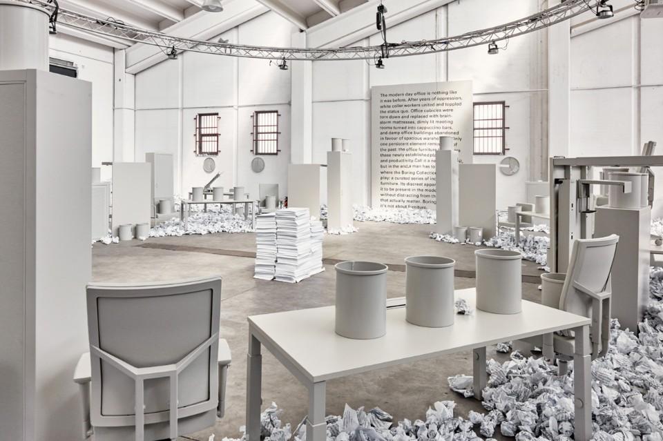 Выставка офисной мебели: кипа бумаг в центре зала