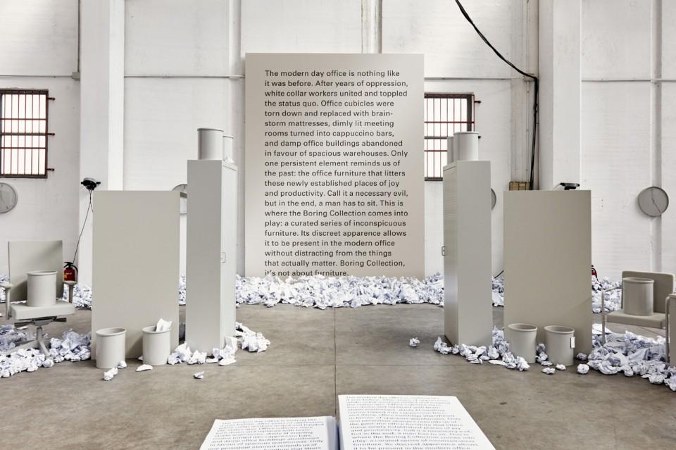 Выставка офисной мебели: стенд с текстом