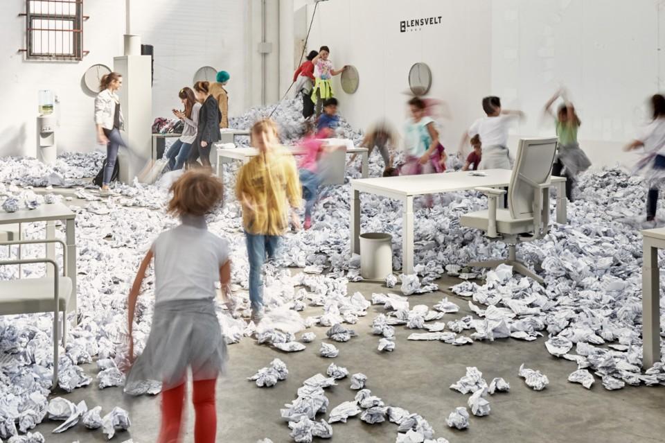 Выставка офисной мебели: дети играют среди экспонатов