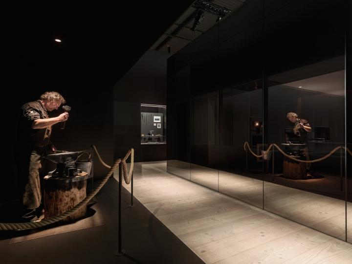 Выставка современной техники от компании Gaggenau.: сцена из традиционной кузницы