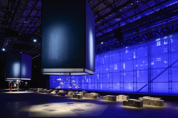 Выставочная инсталляция от Migliore + Servetto Architects при синем освещении
