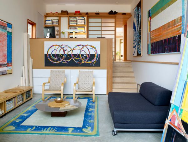 Абстракции на стенах в гостиной