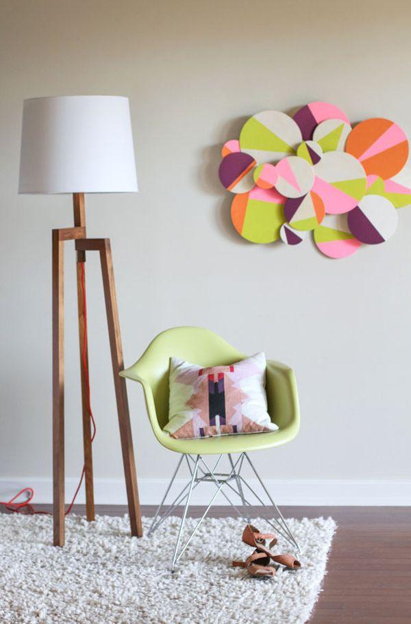 Яркие рельефные круги на стене