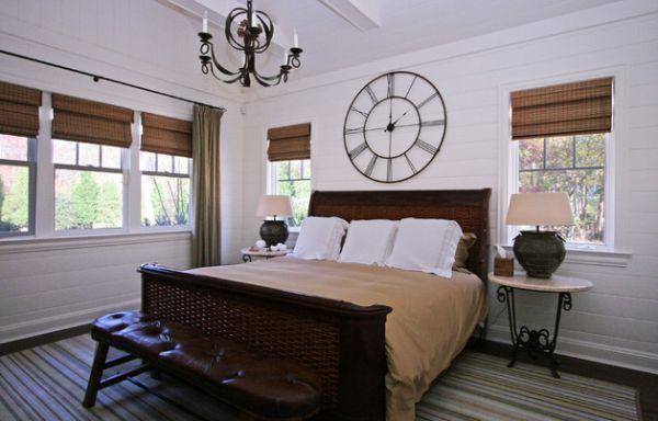 Настенные часы в спальне