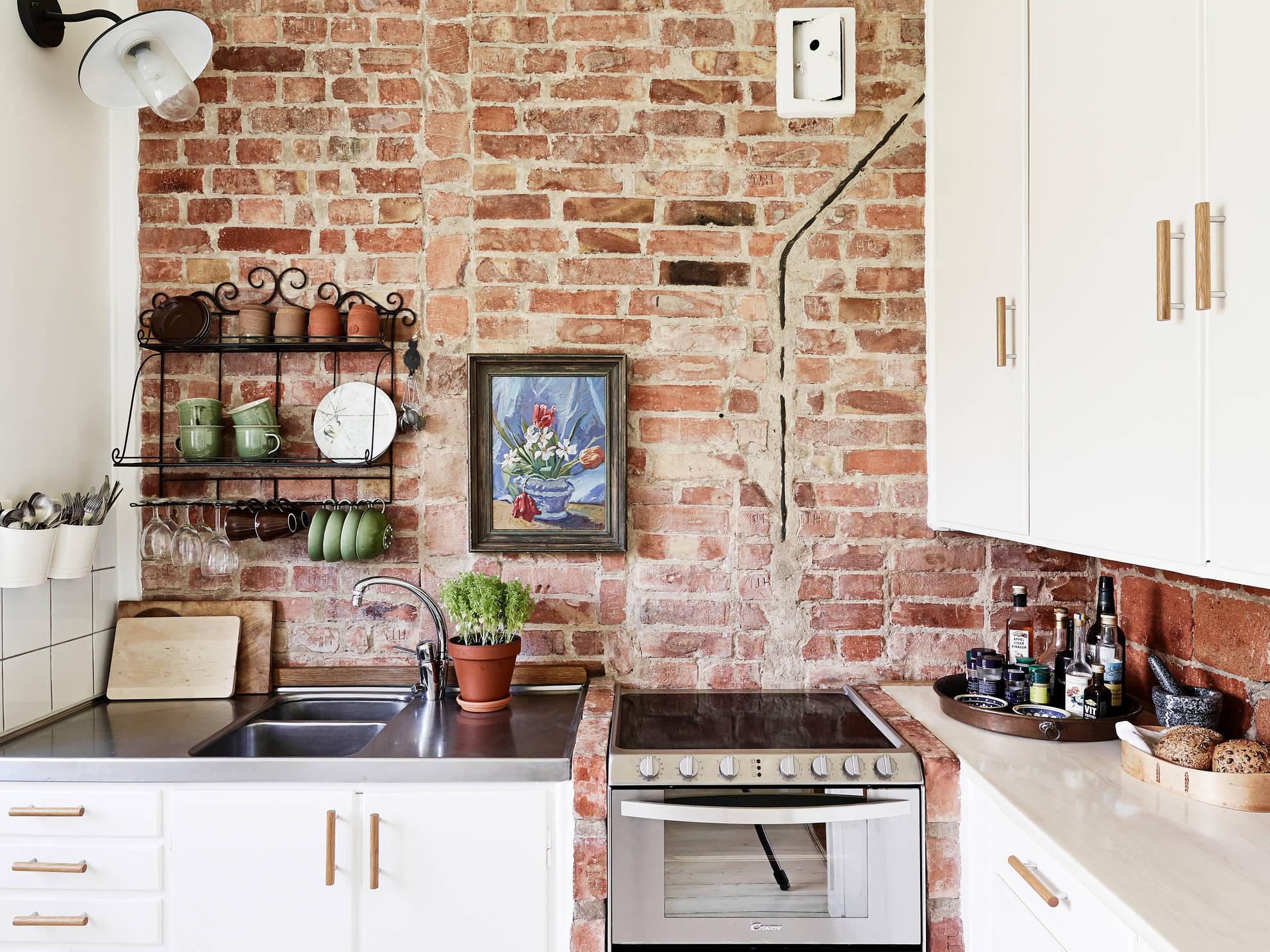 Декор кухни с декоративной кирпичной стеной