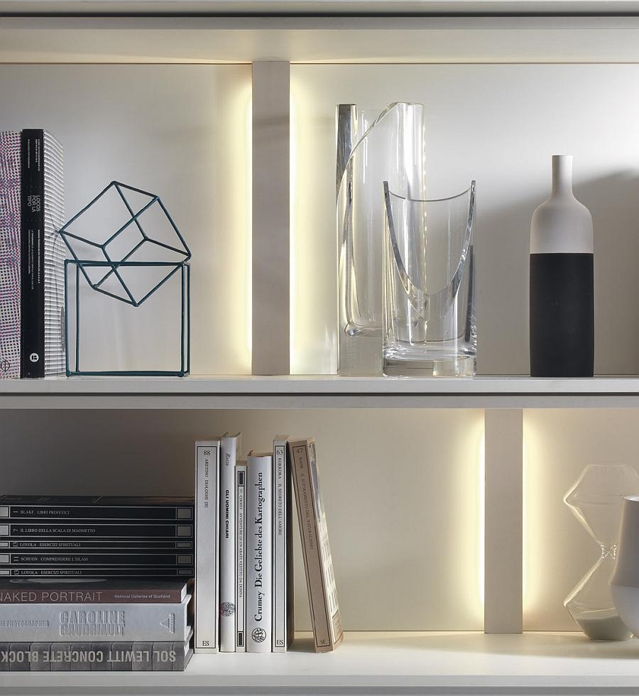 Книги и вазы на полках в гостиной