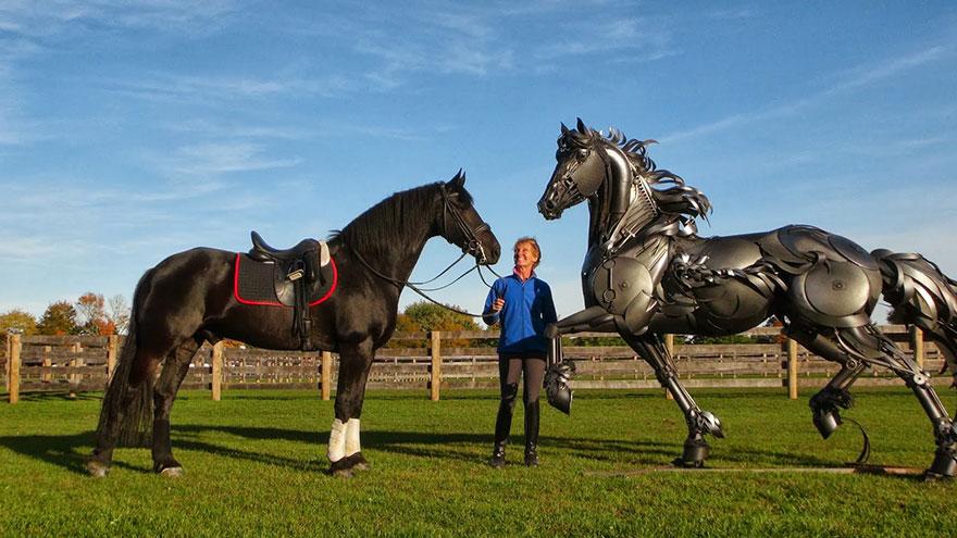 Буйволы и кони из металлолома на ранчо, созданные известным скульптором в Дакоте Джоном Лопесом