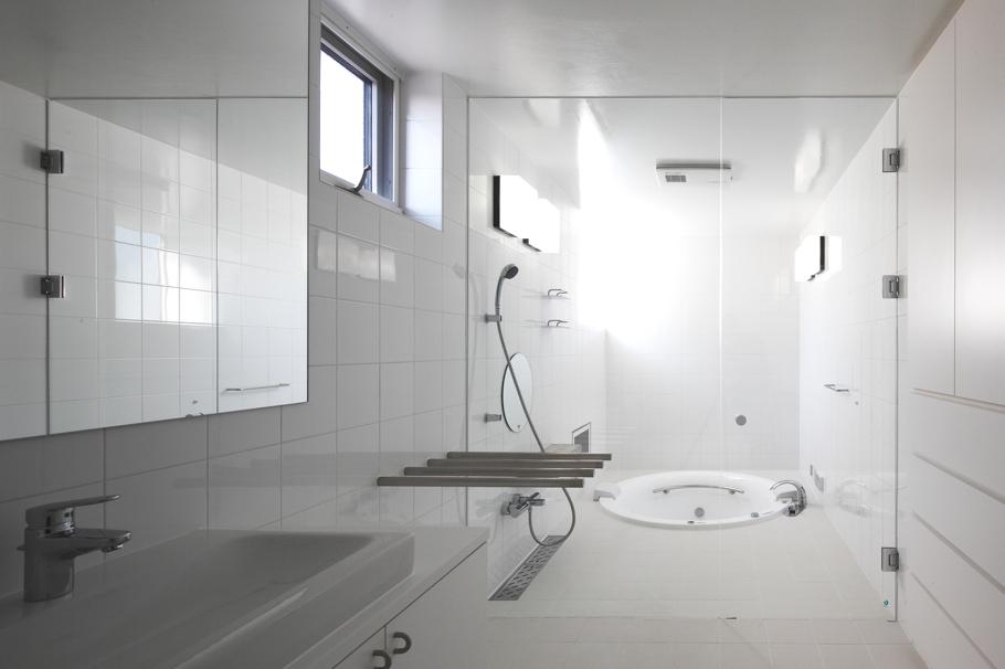 Ванная в доме White Colony в минималистском стиле