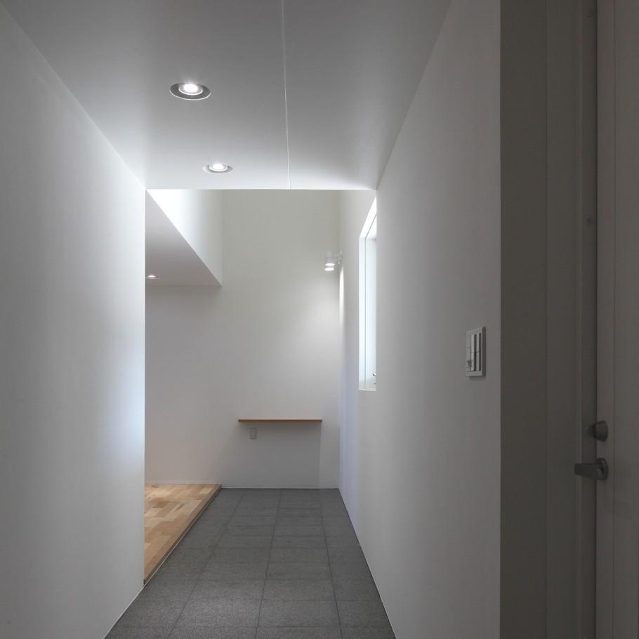 Корридор в доме White Colony в минималистском стиле