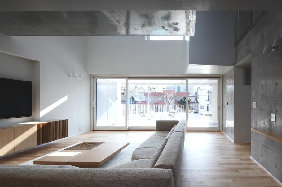 Гостиная в доме White Colony в минималистском стиле