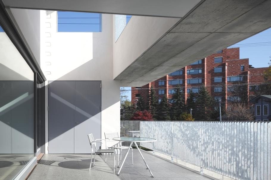 Терраса в доме White Colony в минималистском стиле