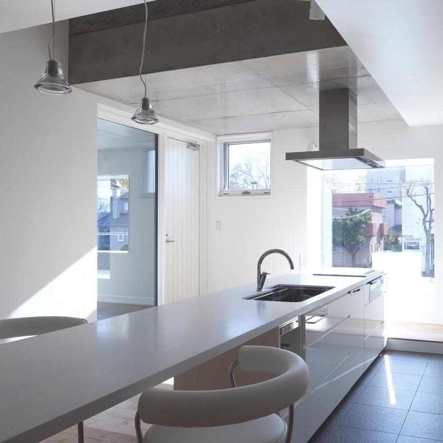 Кухня в доме White Colony в минималистском стиле