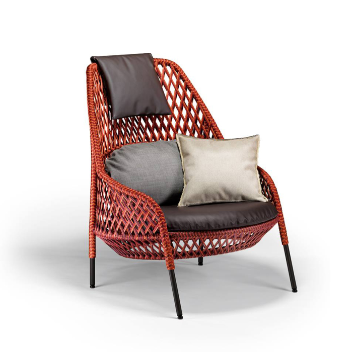 Красивое плетенное кресло