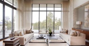Открытые высокие окна в гостиной