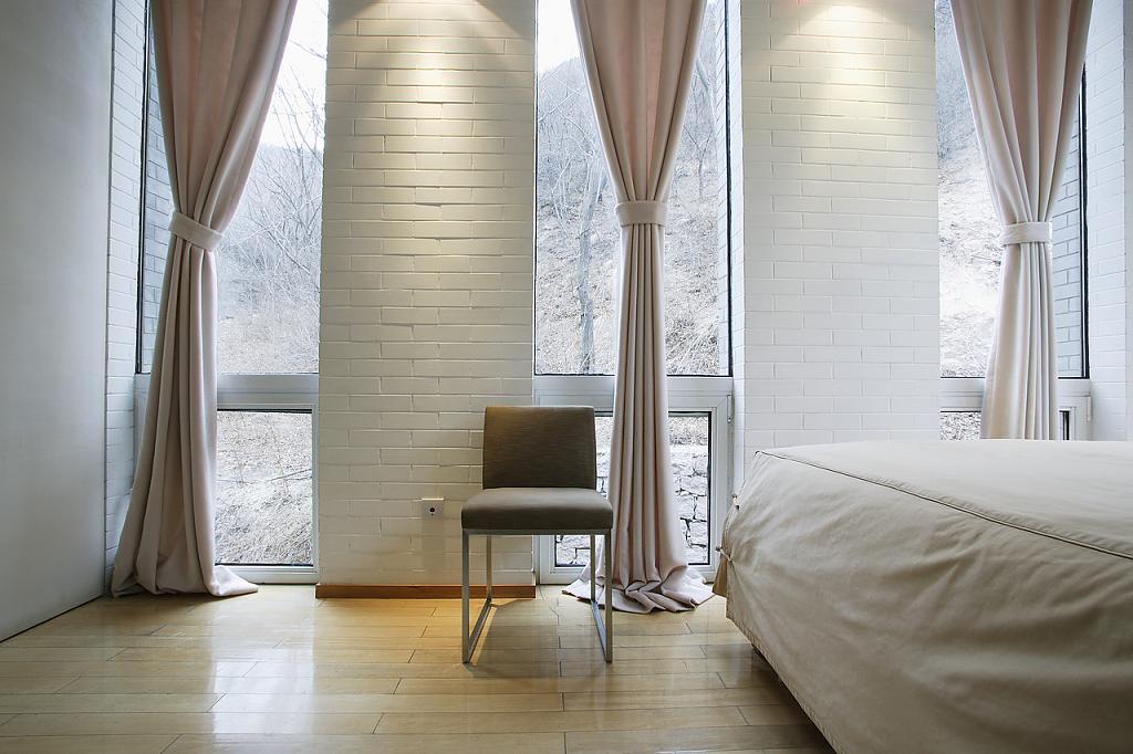 Яркие шторы в интерьере помещения
