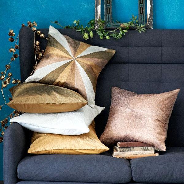 Шелковые подушки на диване
