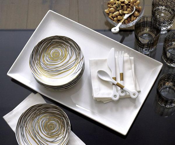 Белая керамическая тарелка