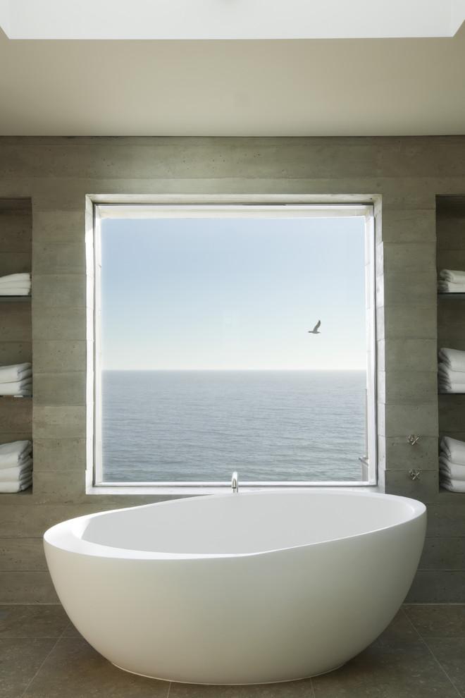 Белая ванна с панорамный видом на океан
