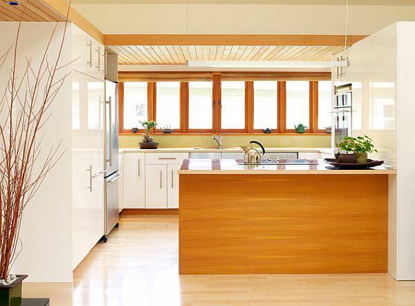 Кухня с белыми шкафами и деревянным островом