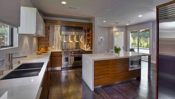 Шкафы из тика в гладкой современной кухне