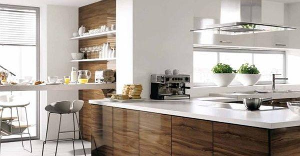 Современная белая кухня с фасадами из грецкого ореха