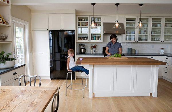 Кухня в деревенском стиле с неокрашенной белой дубовой доской