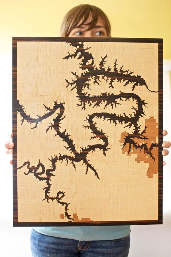 Карта на деревянной поверхности