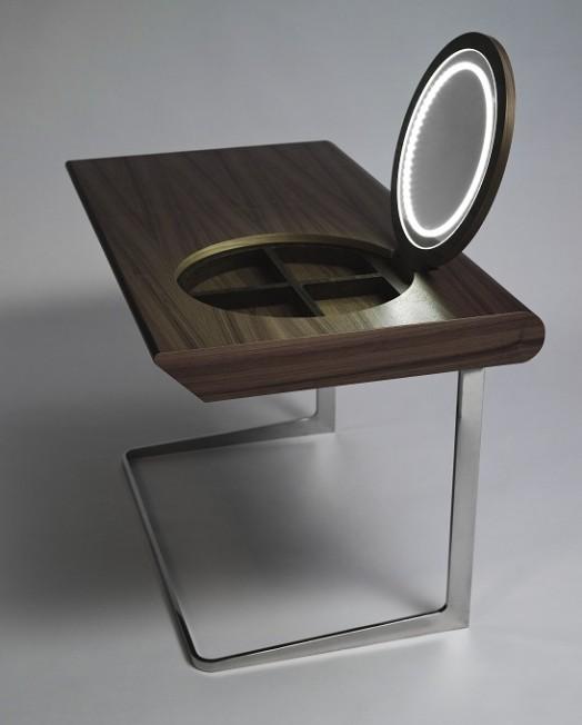 Восхитительный деревянный столик с зеркалом