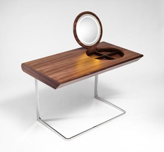 Замечательный деревянный столик с зеркалом
