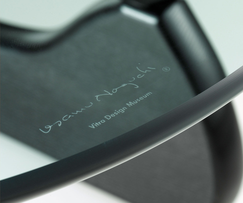 Подпись на столе Vitra