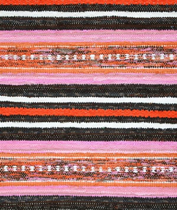 Верёвочный коврик в яркие красную и розовую полоски