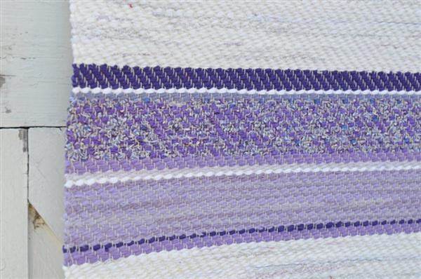 Верёвочный коврик в полоску переходящего фиолетового цвета