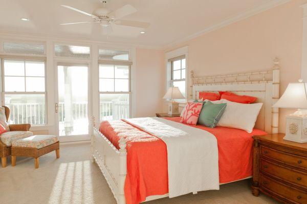 Красивая постель в коралловом цвете