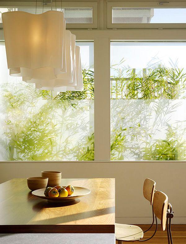 Открытые большие окна в интерьере обеденной зоны